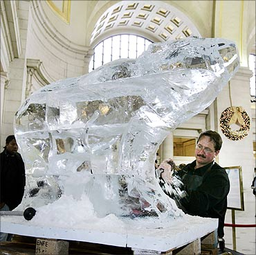 World Ice Art Champion Steven Berkshire of Michigan carves a polar bear at Union Station.
