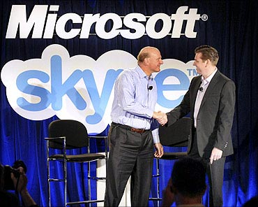 Microsoft CEO Steve Ballmer (L) and Skype CEO Tony Bates shake hands at their joint news conference in San Francisco.