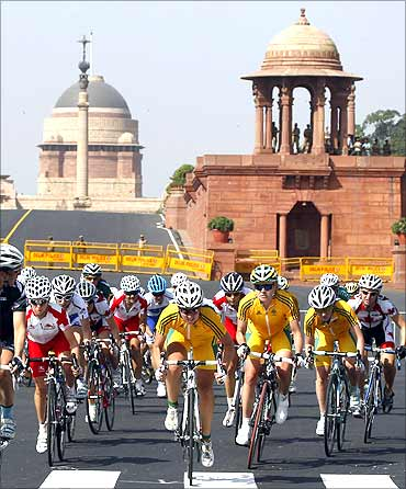 Women's road race cycling event, Rastrapati Bhavan in the background.
