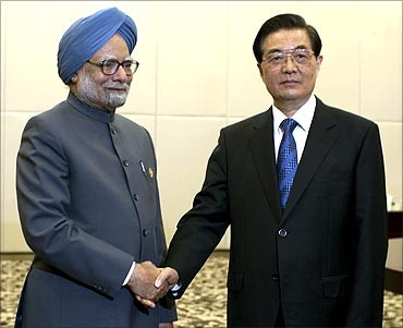 Prime Minister Manmohan Singh (L) is greeted by China's President Hu Jintao in Sanya.