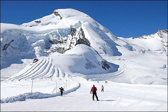 Ski area over the glaciers of Saas-Fee.