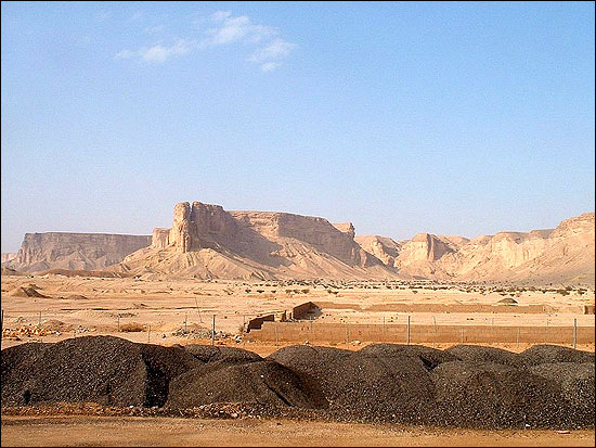 The Nejd landscape: desert and the Tuwaiq Escarpment near Riyadh.