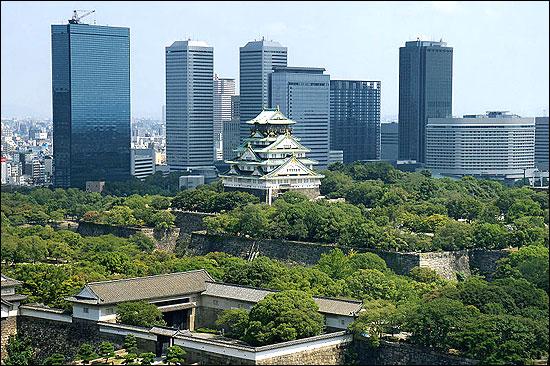Osaka Castle (centre).