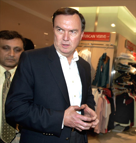 Michael Duke, vice chairman of Wal-Mart, tours a shopping mall in Mumbai.