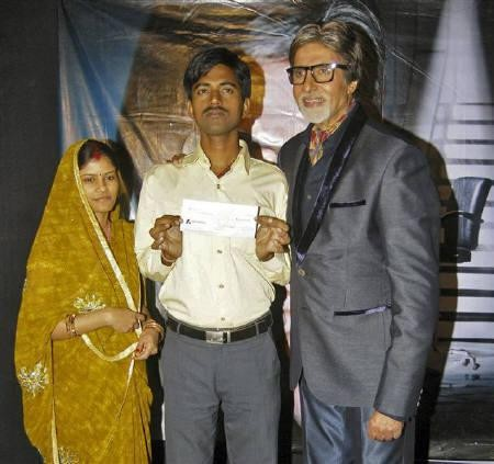 Sushil Kumar (C) and his wife pose with Amitabh Bachchan