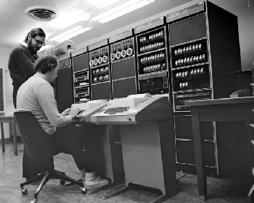 Dennis Ritchie (standing) with Ken Thompson