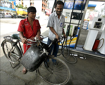 OilMin moots Rs 4.50/L hike in diesel, Rs 100 for LPG