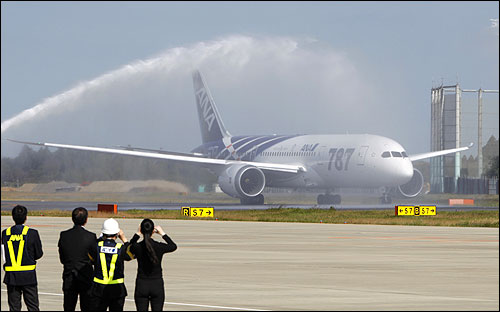 Dreamliner's maiden flight from Japan to Hong Kong