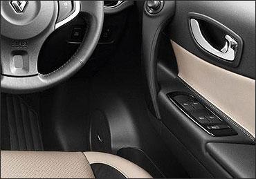 Renault Koleos' driver's side inside door control.