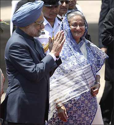 Prime Minister Manmohan Singh (L) and Bangladesh's Prime Minister Sheikh Hasina.