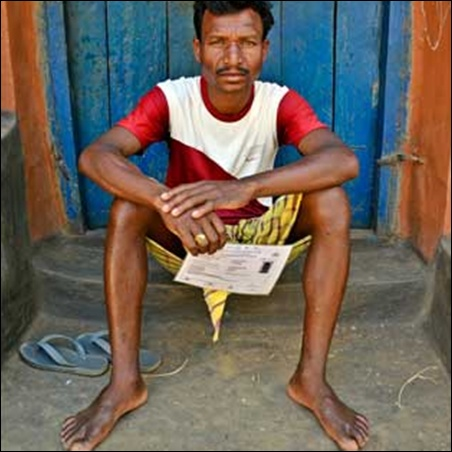 MNREGA workers like Rajkishore Majhi, from Seraikela-Kharsawan District's Kasidi village, are forced to walk a couple of kilometers to the local Panchayat office due to the lack of connectivity forces in their area.
