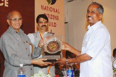Chinnaswamy receiving the GEM of India award.