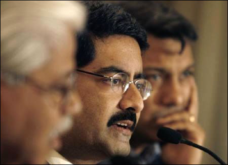 Kumar Mangalam Birla (C), Chairman of Aditya Birla Group.