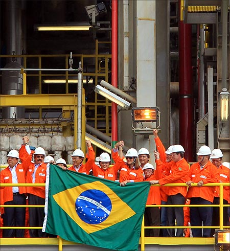 Brazil's President Dilma Rousseff (C) and employees of Brazilian oil giant Petrobras attend the opening ceremony of the P-56 oil rig at Angra dos Reis.