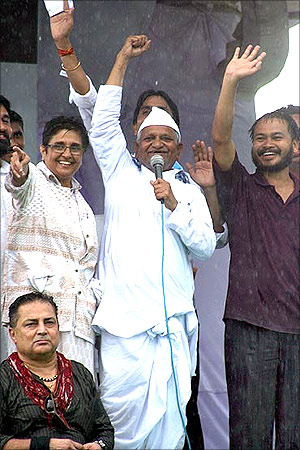 Anna Hazare with members of India Against Corruption at Ramlila Maidan.