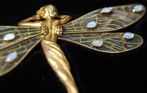An art nouveau Spanish brooch from the 1910's, made from 18-carat gold.