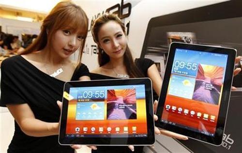 Models hold Samsung Electronics' new tablet