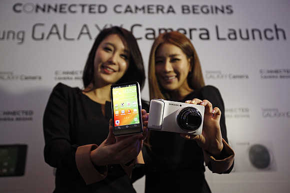 Models pose with Samsung Electronics's Galaxy Camera in Seoul.