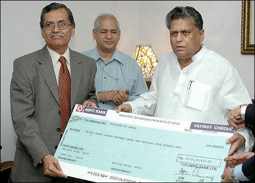 Former Union Minister of Heavy Industries and Public Enterprises, Sontosh Mohan Dev receiving a dividend cheque of Rs.33.15 crore from the CMD of BHEL, A. K. Puri.