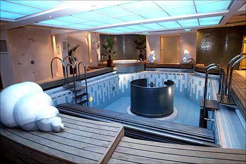 View of a jacuzzi on the Queen Mary 2.