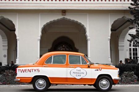 Penguin-Ambassador in front of a Jaipur mansion.