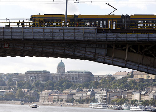 A tram crosses the Margaret Bridge.