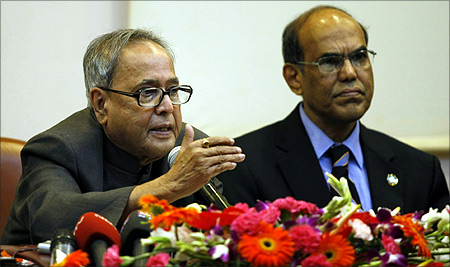 Finance Minister Pranab Mukherjee (L) with RBI Governor Duvvuri Subbarao.