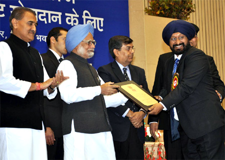 Prime Minister Manmohan Singh  presents the Excellence Award to Satnam Singh, CMD, PFC.