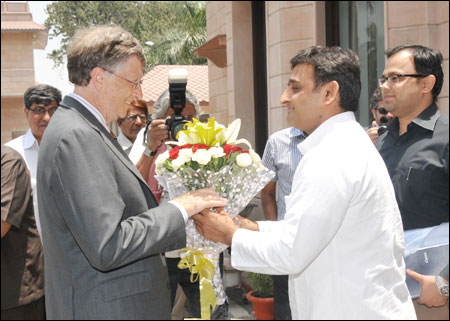 Akhilesh Yadav (R), chief minister Uttar Pradesh, welcomes Microsoft co-founder Bill Gates.