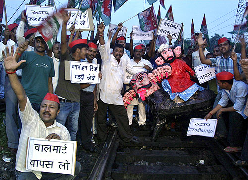 Samajwadi Party members protest against FDI in Allahabad