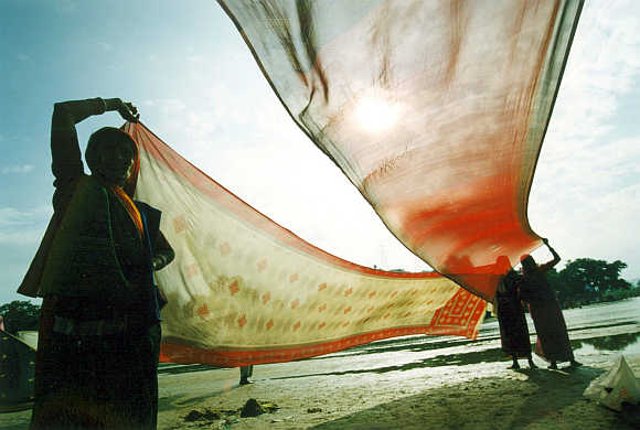 Women dry their saris in Gaya, Bihar.
