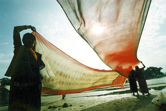 Women dry their saris in Gaya, Bihar.