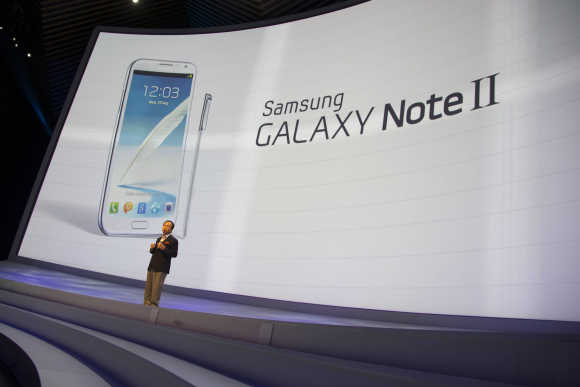 JK Shin, President of IT and Mobile Communications Division at Samsung Electronics, presents the Samsung Galaxy Note II smartphone in Berlin.