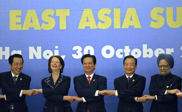 Former Japanese PM Naoto Kan (L), Australia's PM Julia Gillard (2nd L), Vietnam's Prime Minister Nguyen Tan Dung (C), Former Chinese Premier Wen Jiabao (2nd R) and India's Prime Minister Manmohan Singh join hands during a photo opportunity as part of the 5th East Asi