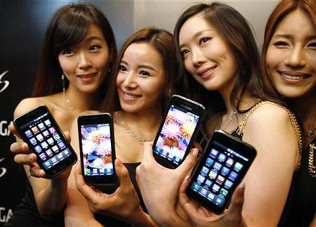 Models pose with the Samsung Android smartphone.