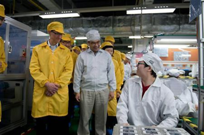 Tim Cook visits the iPhone production line at the newly built Foxconn Zhengzhou Technology Park.