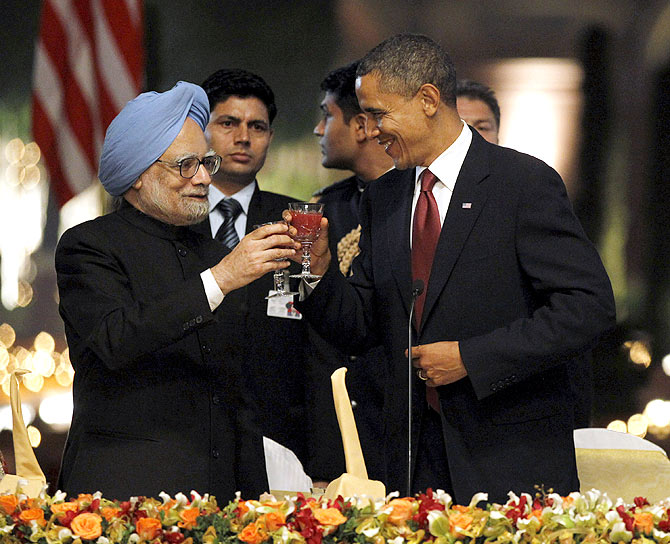 U.S. President Barack Obama (R) toasts alongside India's Prime Minister Manmohan Singh during a state dinner at Rashtrapati Bhavan in New Delhi.