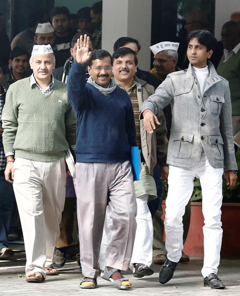 Arvind Kejriwal (C), leader of Aam Aadmi Party, waves after his meeting with New Delhi's Lieutenant Governor Najeeb Jung in New Delhi December 23, 2013.