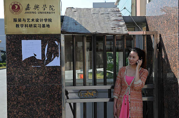 A college student talks on her mobile phone in Jiaxing, Zhejiang province.