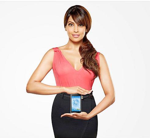 Brand ambassador of Beyond Tech Bipasha Basu holding a company phone.