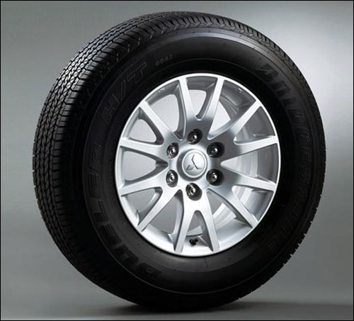 265/65R17 tires with 17-inch light alloy wheels.