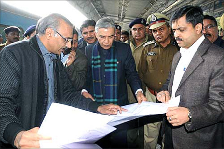 Union Minister for Railways, Pawan Kumar Bansal discussions the upgradation plan of the Chandigarh Railway Station.