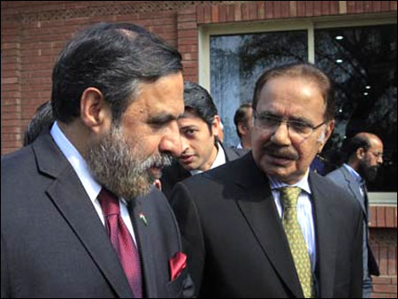 India's Trade Minister Anand Sharma (L) talks with his Pakistani counterpart Makhdoom Amin Fahim.
