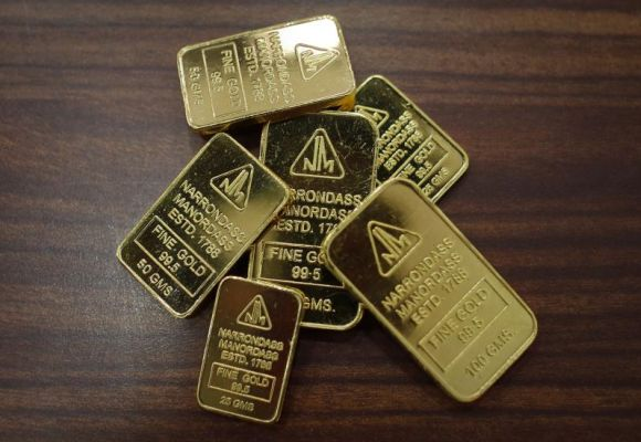 Gold, silver fall on subdued demand, weak global cues