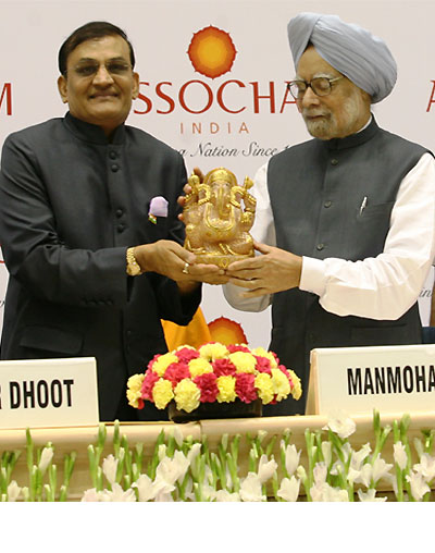 Prime Minister Manmohan Singh is welcomed by Rajkumar Dhoot, Member of Parliament and President, Assocham.