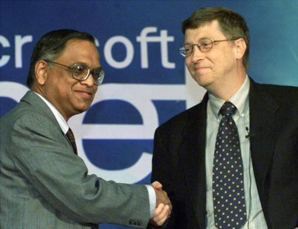 Bill Gates (R) shakes hands with Chairman of Indian software giant Infosys N. R. Narayana Murthy in New Delhi September 14, 2000