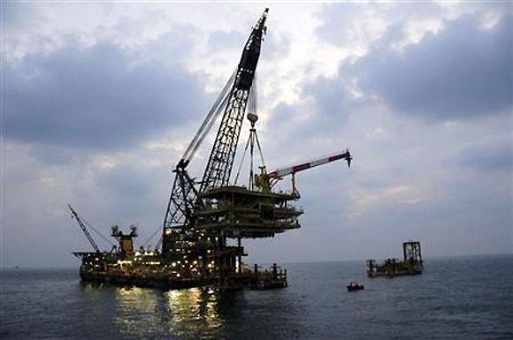 Govt eyes narrow political window for unpopular gas price hike