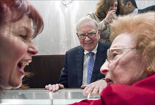 illionaire investor Warren Buffett (C), chairman and CEO of Berkshire Hathaway, smiles as Cheryl Stich (L), and her mother Dione Kempinsky, both of Los Angeles, react to the price he quoted them on a ring at Borsheims jewelry store in Omaha, Nebraska.