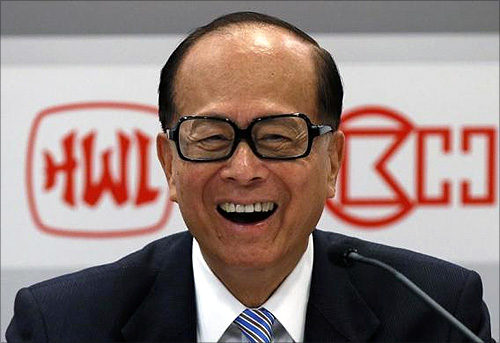 Hong Kong tycoon Li Ka-shing attends a news conference.