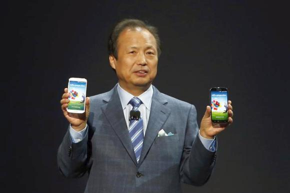 JK Shin, President and Head of IT and Mobile Communication Division, holds up latest Galaxy S4.